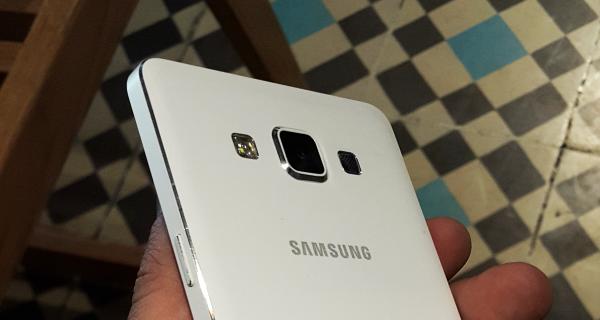 Friss fotókon a Samsung új, prémium mobiljai!